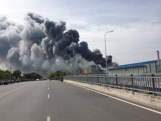 Hàng trăm chiến sĩ tham gia chữa cháy ở nhà máy Công ty Cầu Tre ảnh 7