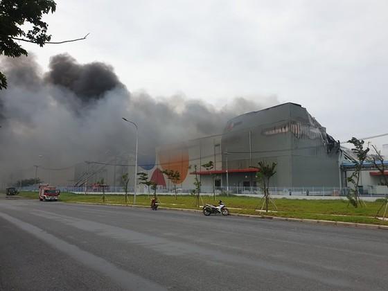 Hàng trăm chiến sĩ tham gia chữa cháy ở nhà máy Công ty Cầu Tre ảnh 10