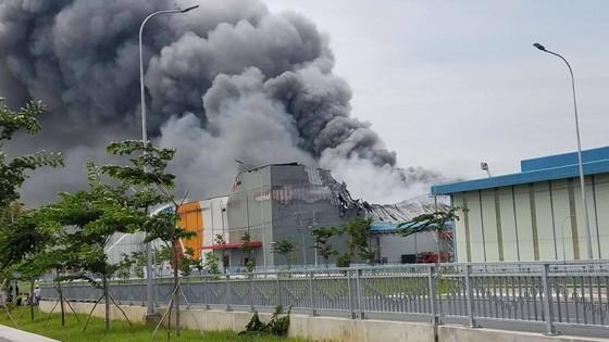 Hàng trăm chiến sĩ tham gia chữa cháy ở nhà máy Công ty Cầu Tre ảnh 9