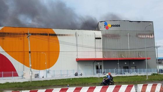 Hàng trăm chiến sĩ tham gia chữa cháy ở nhà máy Công ty Cầu Tre ảnh 8