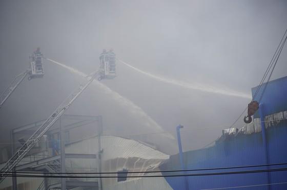 Hàng trăm chiến sĩ tham gia chữa cháy ở nhà máy Công ty Cầu Tre ảnh 18