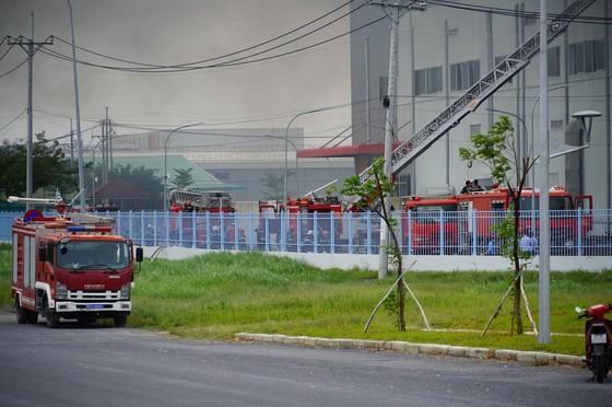 Hàng trăm chiến sĩ tham gia chữa cháy ở nhà máy Công ty Cầu Tre ảnh 16