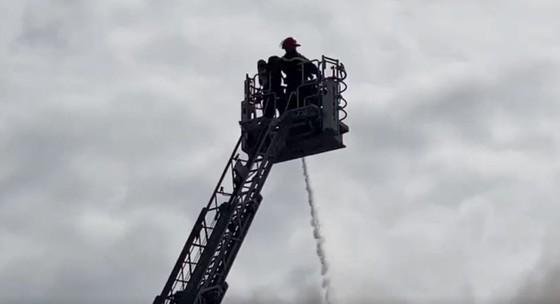 Hàng trăm chiến sĩ tham gia chữa cháy ở nhà máy Công ty Cầu Tre ảnh 3