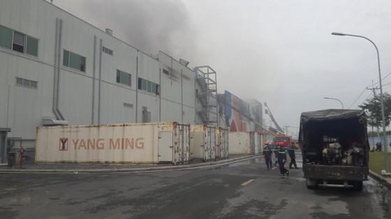 Hàng trăm chiến sĩ tham gia chữa cháy ở nhà máy Công ty Cầu Tre ảnh 1