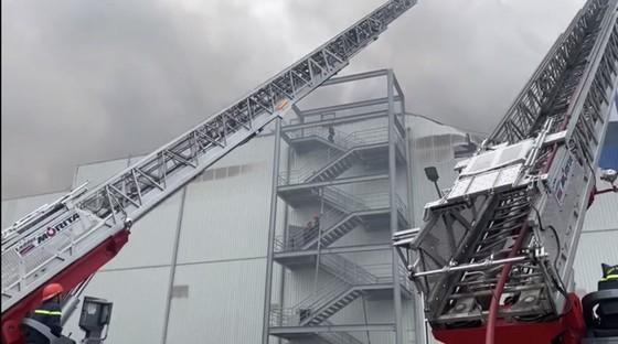 Hàng trăm chiến sĩ tham gia chữa cháy ở nhà máy Công ty Cầu Tre ảnh 5