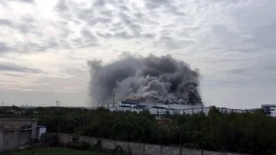 Hàng trăm chiến sĩ tham gia chữa cháy ở nhà máy Công ty Cầu Tre ảnh 11