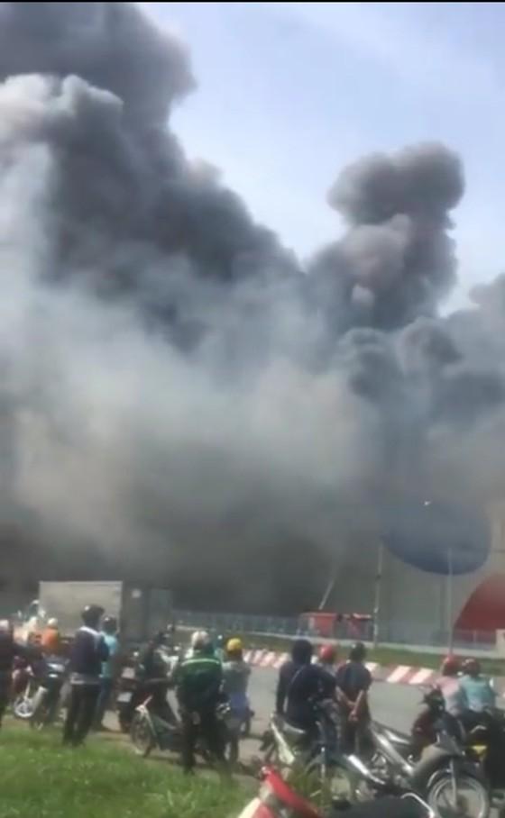 Hàng trăm chiến sĩ tham gia chữa cháy ở nhà máy Công ty Cầu Tre ảnh 12