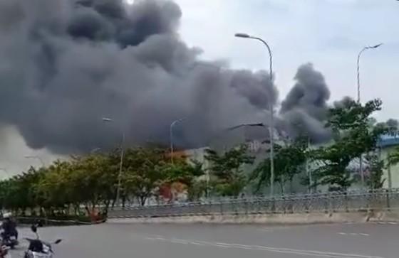 Hàng trăm chiến sĩ tham gia chữa cháy ở nhà máy Công ty Cầu Tre ảnh 14