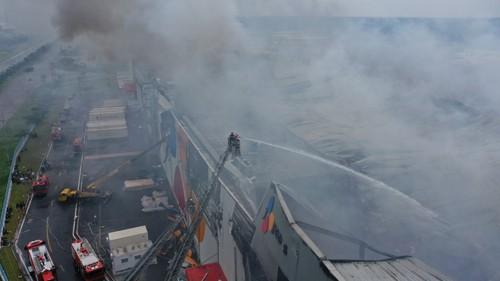 Hàng trăm chiến sĩ tham gia chữa cháy ở nhà máy Công ty Cầu Tre ảnh 19