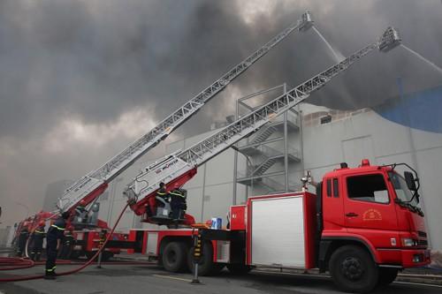 Hàng trăm chiến sĩ tham gia chữa cháy ở nhà máy Công ty Cầu Tre ảnh 20