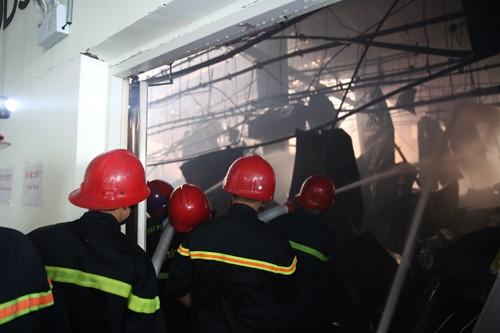 Hàng trăm chiến sĩ tham gia chữa cháy ở nhà máy Công ty Cầu Tre ảnh 21