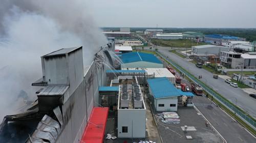 Hàng trăm chiến sĩ tham gia chữa cháy ở nhà máy Công ty Cầu Tre ảnh 24