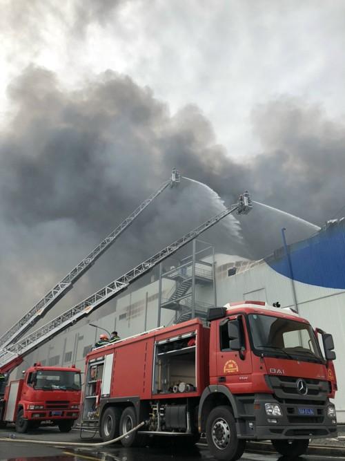 Hàng trăm chiến sĩ tham gia chữa cháy ở nhà máy Công ty Cầu Tre ảnh 23
