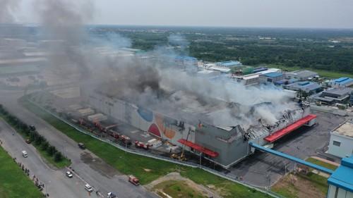 Hàng trăm chiến sĩ tham gia chữa cháy ở nhà máy Công ty Cầu Tre ảnh 22