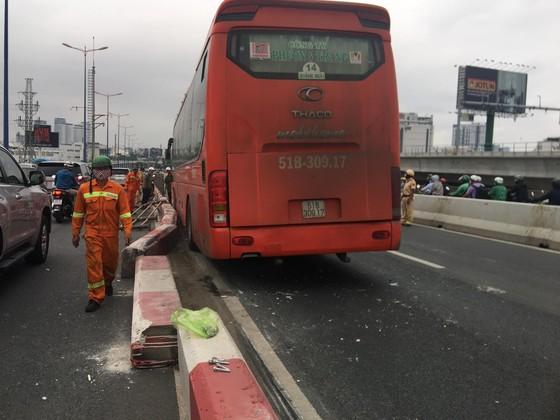Xe khách leo lên dải phân cách trên cầu Sài Gòn, giao thông tê liệt nhiều giờ ảnh 2