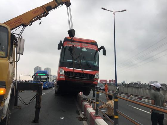 Xe khách leo lên dải phân cách trên cầu Sài Gòn, giao thông tê liệt nhiều giờ ảnh 1