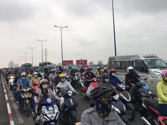 Xe khách leo lên dải phân cách trên cầu Sài Gòn, giao thông tê liệt nhiều giờ ảnh 3