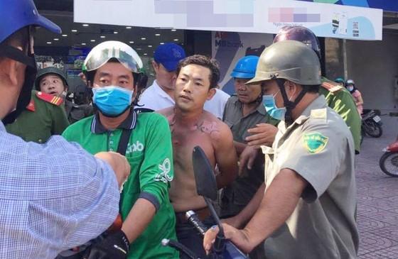 Khởi tố kẻ tẩm xăng doạ đốt, cướp tiền ngân hàng ở quận Bình Tân ảnh 3
