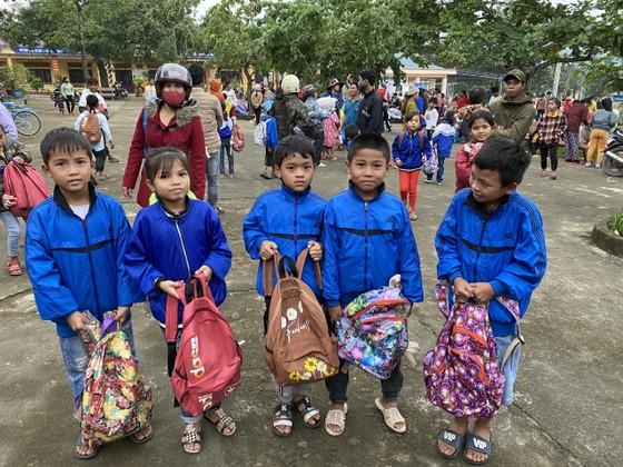 Trao 1.800 phần quà cho đồng bào vùng lũ 2 tỉnh Quảng Bình, Quảng Trị ảnh 3