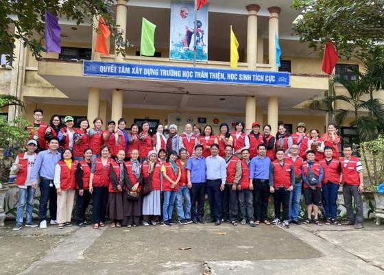 Trao 1.800 phần quà cho đồng bào vùng lũ 2 tỉnh Quảng Bình, Quảng Trị ảnh 1