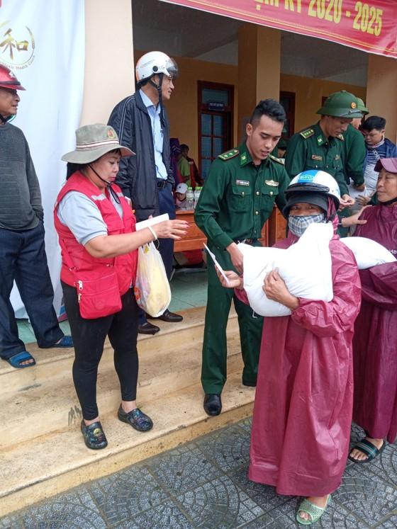 Trao 1.800 phần quà cho đồng bào vùng lũ 2 tỉnh Quảng Bình, Quảng Trị ảnh 4