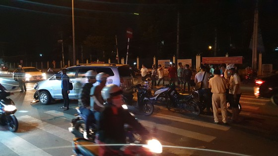 """Xe ô tô """"điên"""" tông nhiều xe máy khiến nhiều người bị thương ở quận Thủ Đức ảnh 2"""
