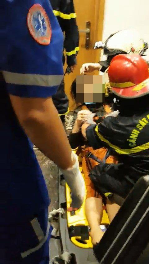 Giải cứu thành công cô gái mắc kẹt trong thang máy bị rơi ảnh 5
