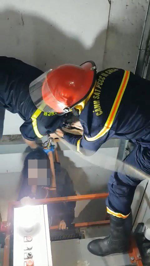 Giải cứu thành công cô gái mắc kẹt trong thang máy bị rơi ảnh 2