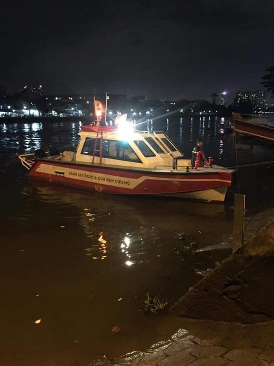 Lặn xuyên đêm tìm 2 nạn nhân nghi nhảy cầu tự tử ở quận Bình Thạnh ảnh 1