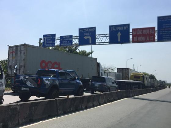 Xe container cháy trên cầu Phú Mỹ, giao thông ùn ứ kéo dài ảnh 6