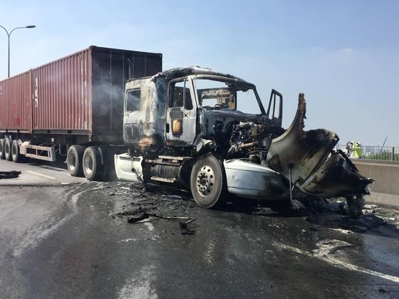 Xe container cháy trên cầu Phú Mỹ, giao thông ùn ứ kéo dài ảnh 2