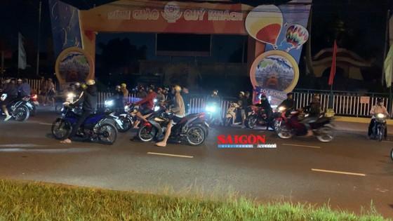 Hàng trăm 'quái xế' tụ tập đua xe gây náo loạn ở khu vực Suối Tiên, quận 9 ảnh 2