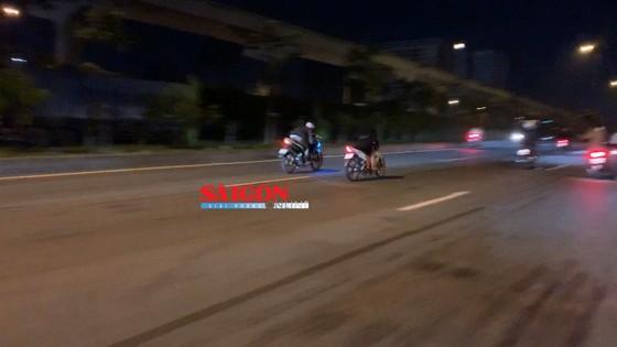 """Hàng trăm """"quái xế"""" tiếp tục đua xe gây náo loạn huyện Bình Chánh ảnh 6"""