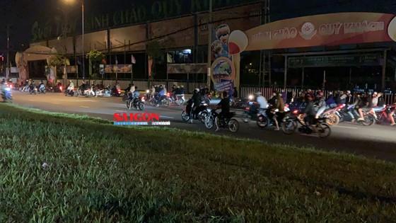 Hàng trăm 'quái xế' tụ tập đua xe gây náo loạn ở khu vực Suối Tiên, quận 9 ảnh 1