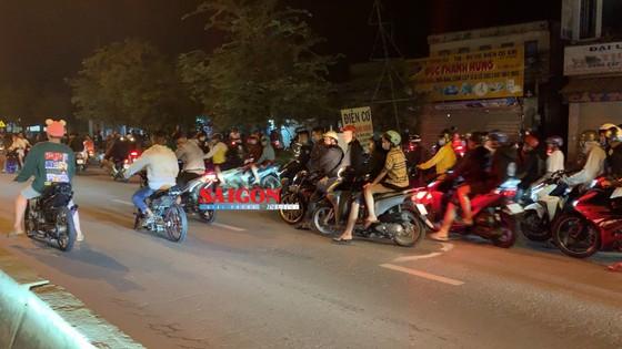 """Hàng trăm """"quái xế"""" tiếp tục đua xe gây náo loạn huyện Bình Chánh ảnh 1"""
