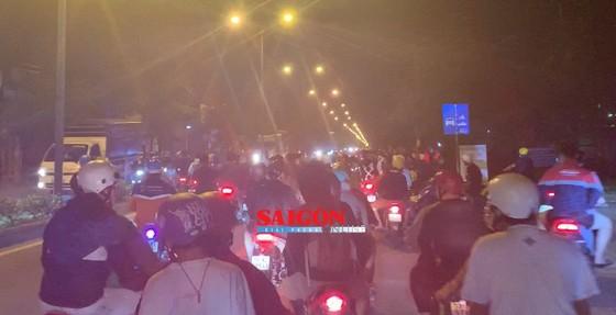 """Hàng trăm """"quái xế"""" tiếp tục đua xe gây náo loạn huyện Bình Chánh ảnh 4"""