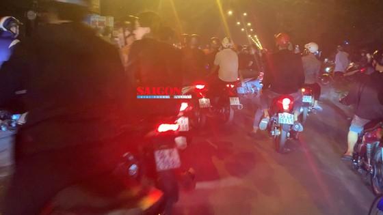 """Hàng trăm """"quái xế"""" tiếp tục đua xe gây náo loạn huyện Bình Chánh ảnh 2"""