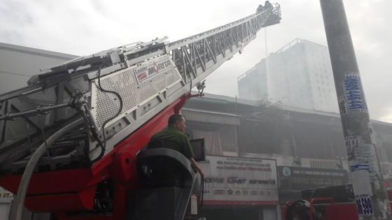 Giải cứu 2 người mắc kẹt trong vụ cháy căn hộ chung cư cũ ở quận 1 ảnh 5