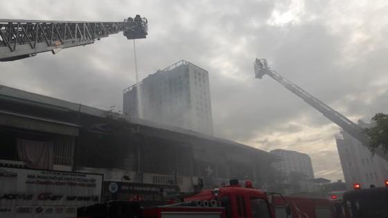 Giải cứu 2 người mắc kẹt trong vụ cháy căn hộ chung cư cũ ở quận 1 ảnh 3