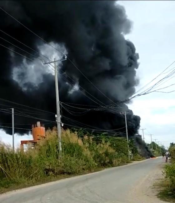 Cháy xưởng làm đồ trang trí Noel ở quận 9, khói đen bốc cao hàng chục mét ảnh 2
