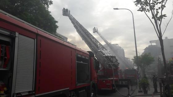 Giải cứu 2 người mắc kẹt trong vụ cháy căn hộ chung cư cũ ở quận 1 ảnh 4