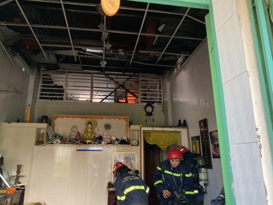 Giải cứu 2 người mắc kẹt trong vụ cháy căn hộ chung cư cũ ở quận 1 ảnh 2