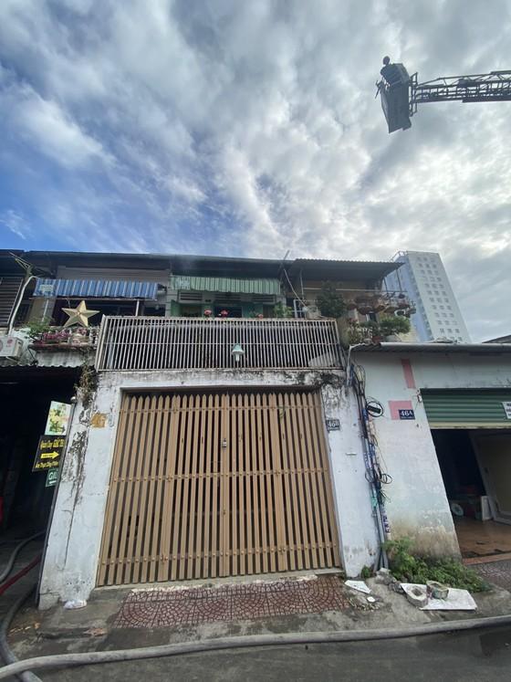 Giải cứu 2 người mắc kẹt trong vụ cháy căn hộ chung cư cũ ở quận 1 ảnh 1