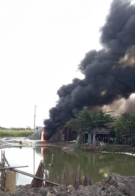 Cháy xưởng làm đồ trang trí Noel ở quận 9, khói đen bốc cao hàng chục mét ảnh 1