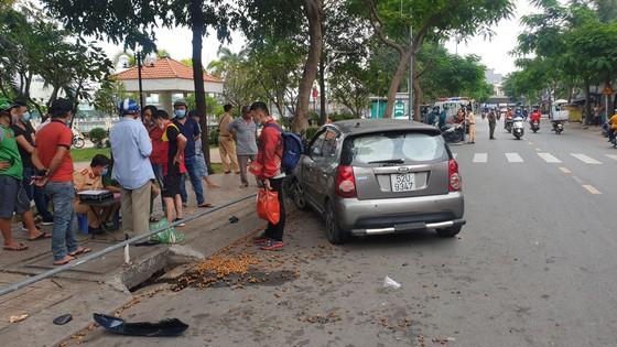 """Ô tô """"điên"""" tông 4 xe máy, 2 cô gái bị thương nặng nhập viện cấp cứu ở quận Bình Thạnh ảnh 1"""