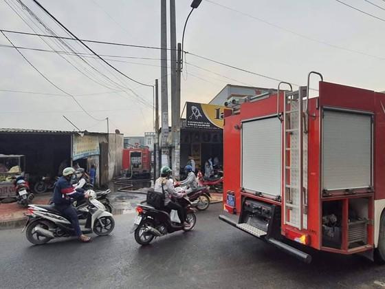 Cháy xưởng sắt và xưởng bao bì ở huyện Bình Chánh ảnh 1