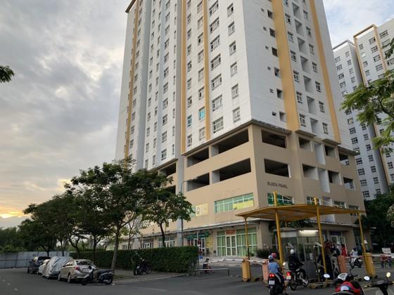 Người phụ nữ 63 tuổi rơi từ tầng cao chung cư Sunview Town xuống đất ảnh 1