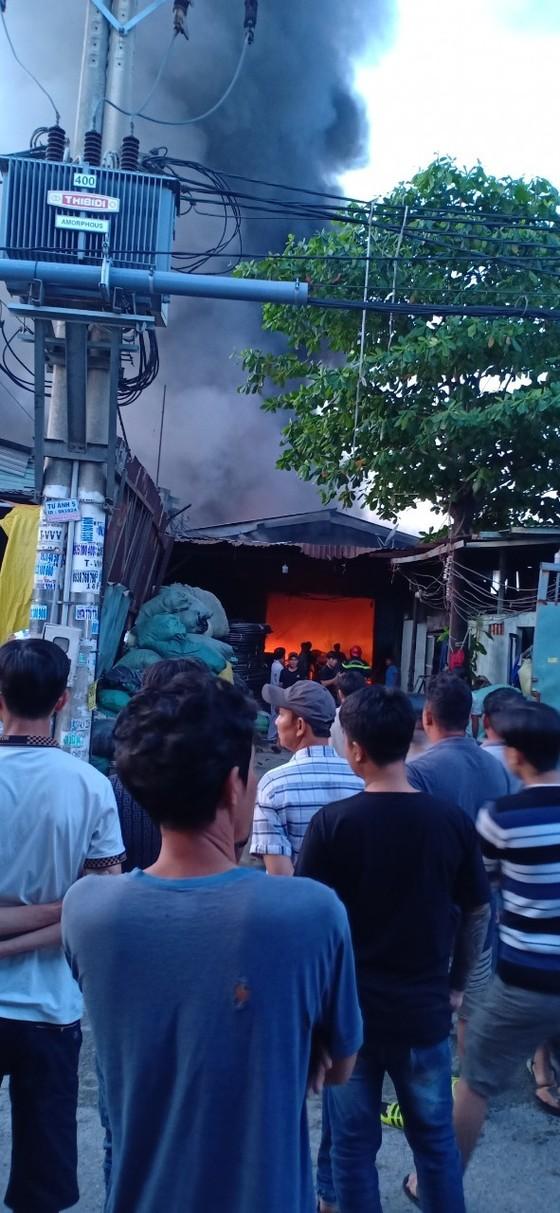 Cháy lớn tại 2 xưởng nhựa ở huyện Bình Chánh, khói đen bốc cao hàng chục mét ảnh 3