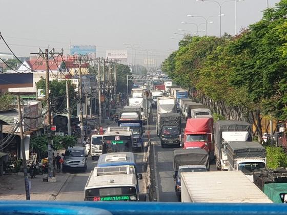 Xe tải tông dải phân cách trên quốc lộ 1 chắn giữa đường, giao thông ùn ứ nhiều giờ ảnh 4