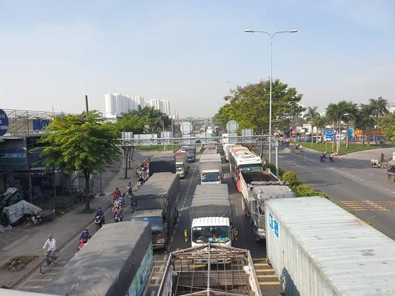 Xe tải tông dải phân cách trên quốc lộ 1 chắn giữa đường, giao thông ùn ứ nhiều giờ ảnh 6